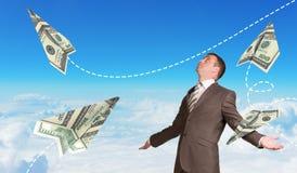 Homem de negócios com os aviões de papel feitos de cem Foto de Stock