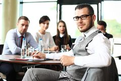 Homem de negócios com os colegas no fundo imagens de stock royalty free
