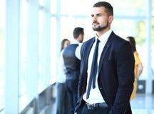 Homem de negócios com os colegas no fundo Foto de Stock