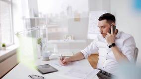 Homem de negócios com papéis e smartphone no escritório video estoque