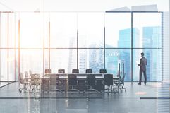 Homem de negócios com papéis na sala de reunião do escritório Imagem de Stock Royalty Free