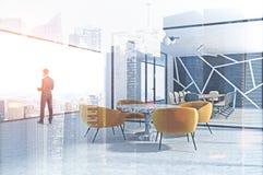 Homem de negócios com papéis no escritório moderno Fotografia de Stock