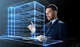 Homem de negócios com PC da tabuleta e holograma da construção Fotos de Stock