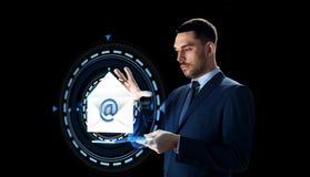 Homem de negócios com PC da tabuleta e holograma do email Imagens de Stock
