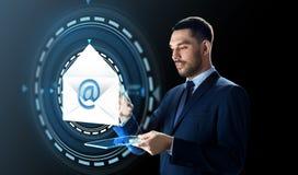 Homem de negócios com PC da tabuleta e holograma do email Fotos de Stock Royalty Free