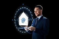 Homem de negócios com PC da tabuleta e holograma do email Imagens de Stock Royalty Free