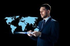 Homem de negócios com PC e mapa do mundo da tabuleta Imagens de Stock Royalty Free
