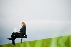 Homem de negócios com portátil ao ar livre Imagens de Stock