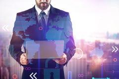 Homem de negócios com portátil e o mapa do mundo digital fotos de stock