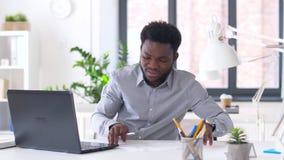 Homem de negócios com portátil e papéis no escritório video estoque