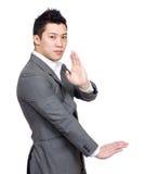 Homem de negócios com pose chinesa da arte marcial Imagens de Stock