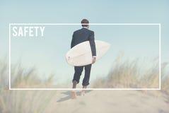 Homem de negócios com a prancha que vai à praia fotografia de stock royalty free