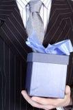 Homem de negócios com presente Fotografia de Stock Royalty Free