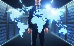 Homem de negócios com projeção de mapa do mundo no corredor Foto de Stock