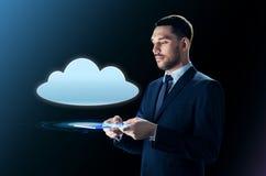 Homem de negócios com projeção do PC e da nuvem da tabuleta Foto de Stock Royalty Free