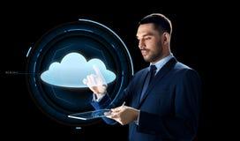 Homem de negócios com projeção do PC e da nuvem da tabuleta Fotos de Stock Royalty Free