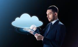 Homem de negócios com projeção do PC e da nuvem da tabuleta Fotografia de Stock Royalty Free