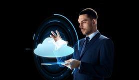 Homem de negócios com projeção do PC e da nuvem da tabuleta Imagens de Stock Royalty Free