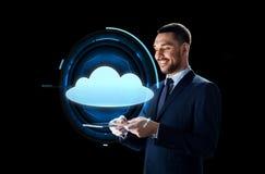 Homem de negócios com projeção do PC e da nuvem da tabuleta Fotos de Stock