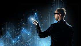 Homem de negócios com projeção virtual da carta do diagrama imagem de stock