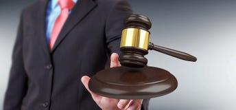 Homem de negócios com rendição das escalas de peso 3D de justiça Foto de Stock