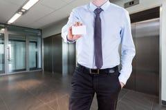 Homem de negócios com seu cartão Fotografia de Stock Royalty Free