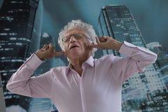Homem de negócios com seus dedos nas orelhas foto de stock royalty free