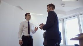 Homem de negócios com seus suportes do colega no escritório e para discutir o trabalho filme