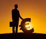 Homem de negócios com sinal de moeda europeu Fotos de Stock Royalty Free
