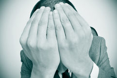Homem de negócios com suas mãos em sua cabeça Fotografia de Stock