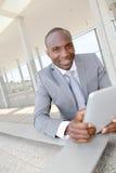 Homem de negócios com tabuleta fotografia de stock royalty free
