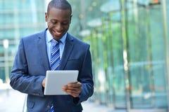 Homem de negócios com tabuleta digital fotografia de stock royalty free