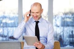 Homem de negócios com tabuleta digital foto de stock royalty free