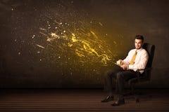 Homem de negócios com tabuleta e explosão da energia no fundo Imagens de Stock
