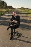 Homem de negócios com a tabuleta na estrada Foto de Stock Royalty Free