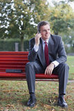 Homem de negócios com telefone de pilha Imagens de Stock Royalty Free