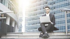 Homem de negócios com um portátil que trabalha no ao ar livre Foto de Stock Royalty Free
