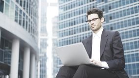 Homem de negócios com um portátil que trabalha no ao ar livre Foto de Stock