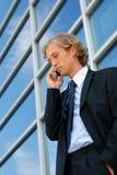 Homem de negócios com um telefone de pilha Imagem de Stock Royalty Free