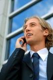 Homem de negócios com um telefone de pilha imagens de stock