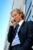 Homem de negócios com um telefone de pilha Foto de Stock Royalty Free