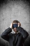 Homem de negócios com uma atadura em seus olhos Foto de Stock