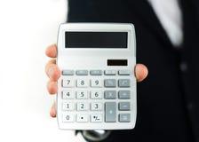 Homem de negócios com uma calculadora em sua mão imagem de stock