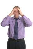 Homem de negócios com uma dor de cabeça. foto de stock