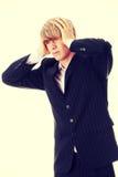 Homem de negócios com uma dor de cabeça grande imagens de stock
