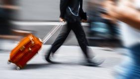 Homem de negócios com uma mala de viagem vermelha com pressa Foto de Stock Royalty Free