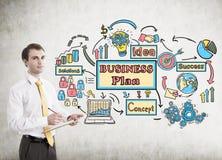 Homem de negócios com uma prancheta, plano de negócios Imagens de Stock Royalty Free