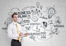 Homem de negócios com uma prancheta, plano de negócios Fotos de Stock Royalty Free