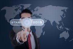 Homem de negócios com uma tecla 'Iniciar Cópias' ao futuro Imagens de Stock