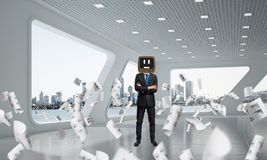 Homem de negócios com uma tevê velha em vez da cabeça Imagem de Stock Royalty Free